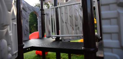 Wandale niszczą nowy plac zabaw w tucholskim parku-7211