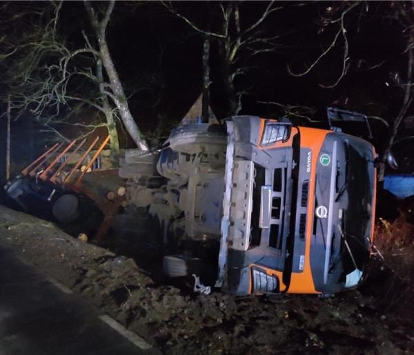 Napoleonka: Dwie ciężarówki z drewnem wylądowały w rowie-7326