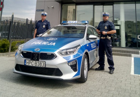 Policjanci z kolejnym radiowozem: nowa kia w Tucholi-8129